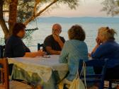 Iannis Troumpounis (Mitte) im Gespräch mit seiner Frau Daphne und deutschen Urlaubern, ganz rechts: Johanna Martin